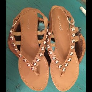SYRAPPY BROWN SANDALS WITH GOLD TONE DECOR
